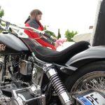 Rocker, cooles Motorrad wartet auf Reifen, Imagefilm CargoLine, Making of, Hinter den Kulissen, Verwechslung